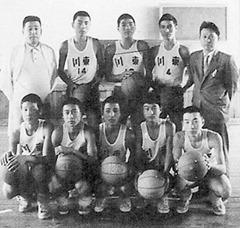 バスケット部(前列右端)