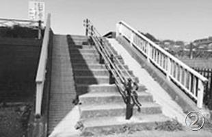 南加瀬:八兵衛橋に上る階段に手すり設置